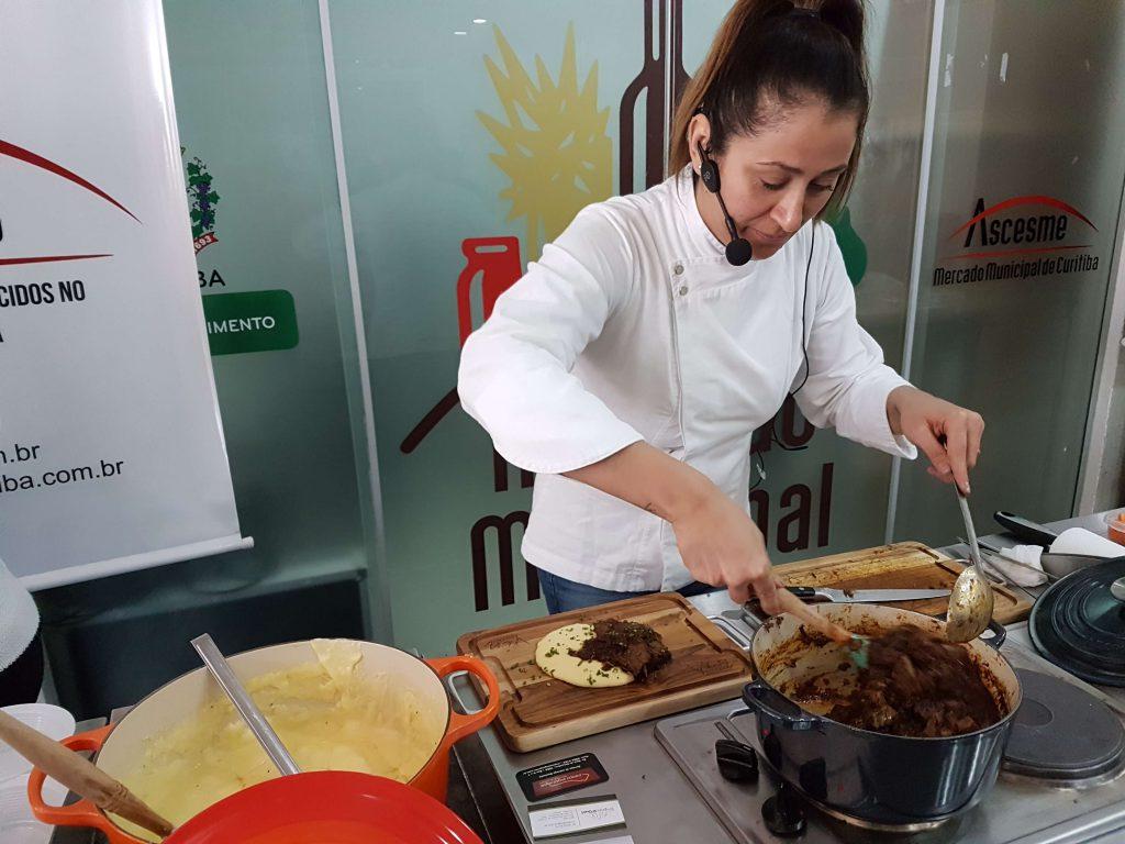 Aula-show com a chef Claudia Krauspenhar | Dia das Mães no Mercado Municipal de Curitiba | A chef Claudia Krauspenhar preparou uma Picanha na cerveja preta com Polenta cremosa na primeira aula-show de Dia das Mães no Mercado